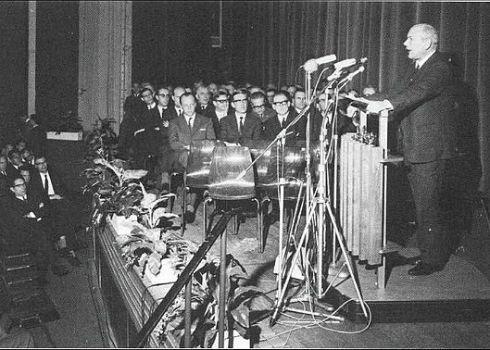 Minister Joop den Uyl (1965) in de toenmalige Schouwburg Heerlen