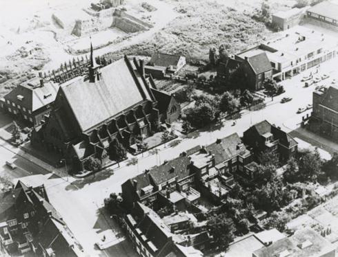 Bron: Rijckheyt.nl | Looierstraat met de St.Franciscus van Assisi Kerk links boven (1952, 7 jaar na het afspelen van dit verhaal)