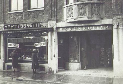 Bron: Rijckheyt.nl | Saroleastraat (1934). Links de fotozaak van G.A.Rheingans en rechts de ingang van het Hollandia Theater