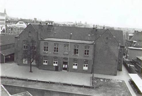 Bron: Rijckheyt.nl | Stationstraat. Achterzijde van de muziekschool. Op de achtergrond links het hoofdkantoor van de Staatsmijnen en de St.Pancratiuskerk.