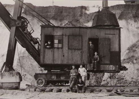 bron: Rijckheyt.nl | Maatschappij tot exploitatie van bruinkolenvelden Carisborg. Lepelbagger voor zandafgraving  (ca. 1935)
