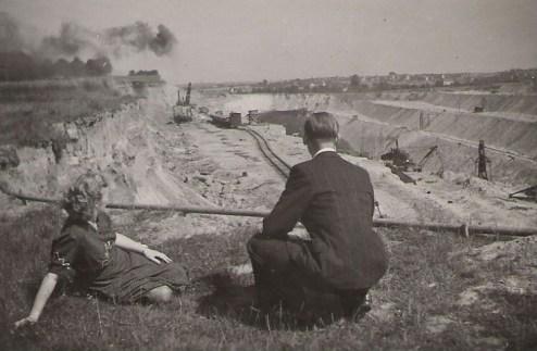 Bron: Rijckheyt.nl | Maatschappij tot exploitatie van bruinkolenvelden ' Carisborg '. Foto genomen op de grens van de wijk Langeberg en de gemeente Heerlen  (ca. 1950)