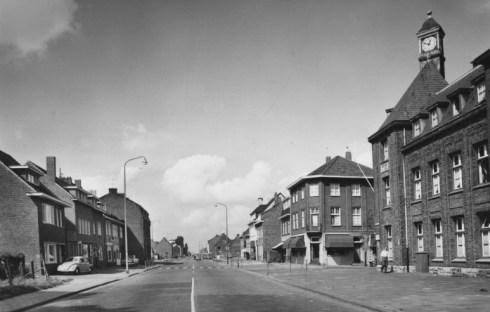 Bron: Rijckheyt.nl | Overzicht Heerlerbaan. Rechts het politiebureau op de hoek Heerlerbaan/Caumerweg (ca 1958)