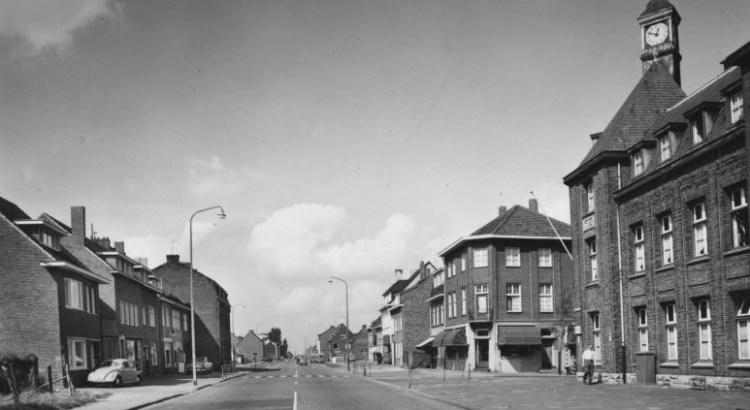 Bron: Rijckheyt.nl | Heerlerbaan. Rechts het politiebureau op de hoek Heerlerbaan/Caumerweg (ca 1958)