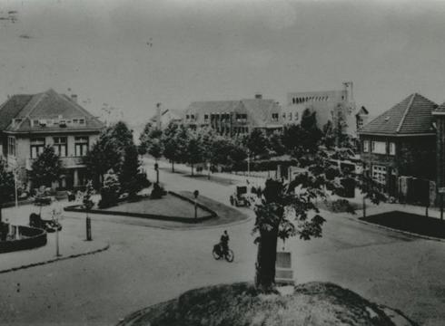 Bron: Rijckheyt.nl | Kruispunt Kerkraderweg-Hofdijkstraat-Molenberglaan-Joost van Vondelstraat. Op de achtergrond de Broederschool. .  (ca 1950)