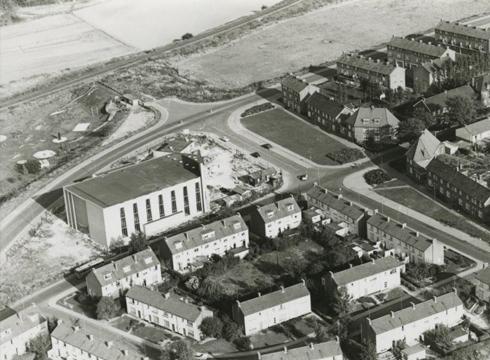 Bron: Rijckheyt.nl | Luchtfoto van de Molenberg. In het midden links de Pius X kerk en rechts de Joost van Vondelstraat.  (1962)