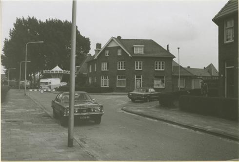 Bron: Rijckheyt.nl | Da Costastraat, naar rechts de Tollenstraat. Op de achtergrond kermis op het Dr.Schaepmanplein.  (1975)