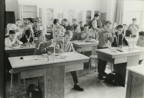 Bron: Rijckheyt.nl | Schaesbergerweg. Leerlingen van de Henricus MAVO. Op de achtergrond dhr. Magermans, docent natuurkunde.