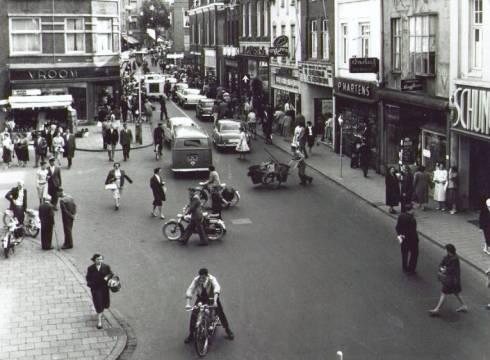 Bron: Rijckheyt.nl | De Bongerd ligt hier links, op de gevel waar Vroom & Dreesmann staat, zit anno nu een apotheek. (1959)