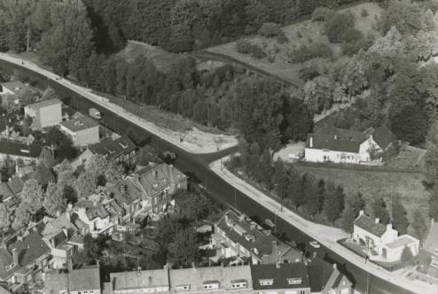 Bron: Rijckheyt.nl | Luchtfoto van Heerlen. Groene Boord met in het midden rechts de Oliemolen. Op de achtergrond het Aambos.  (1962)