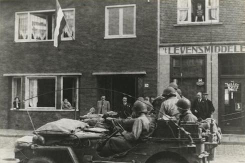 Bron: Rijckheyt.nl | Schaesbergerweg. Heerlenaren verwelkomen hun bevrijders.