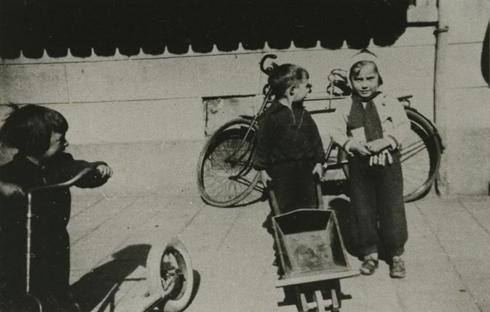 Bron: Rijkcheyt.nl | Kerkplein. Spelende kinderen.