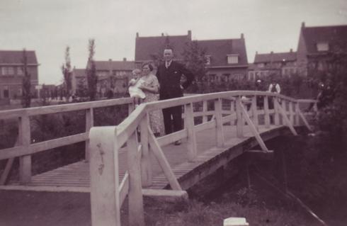 Bron: Rijckheyt.nl | Heerlen (1935). Wandeling door het vijverpark. Logé's van de fam. Müller, fam Schinckel uit Amersfoort, op bruggetje Caumerbeek.