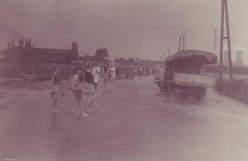 Bron: Rijckheyt.nl | Meezenbroek (1958). Overstroming van de Caumerbeek. Op de achtergrond kasteel Meezenbroek en Oranje Nassau mijn I.