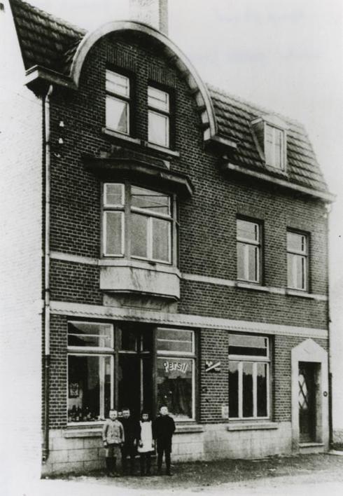 Bron: Rijckheyt.nl | Oranjestraat. Winkel van Sieska Cloots. (ca 1925)