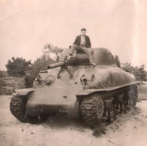 Bron: Prive collectie | Ingestuurde foto, Hub Giebels zittend op de tank in de rode beek