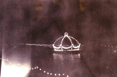 Bron: Rijckheyt.nl | Meezenbroek (1948). Vijver versierd d.m.v. drijvend muziekvlot en verlichting ter gelegenheid van het 50 jarig regeringsjubileum van koningin Wilhelmina.