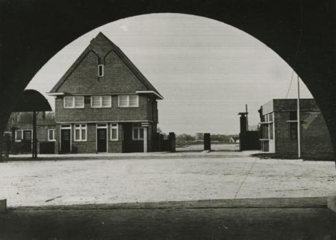 Bron: Rijckheyt.nl | Voskuilenweg. Ingang van het nieuwe Openbaar Slachthuis in Heerlen.