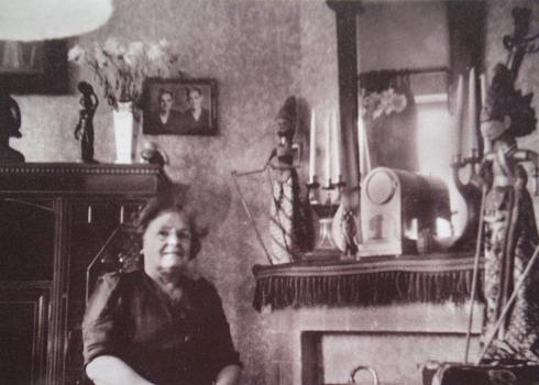 Mevrouw Elizabeth Snijders in haar woonkamer (jaren '50)
