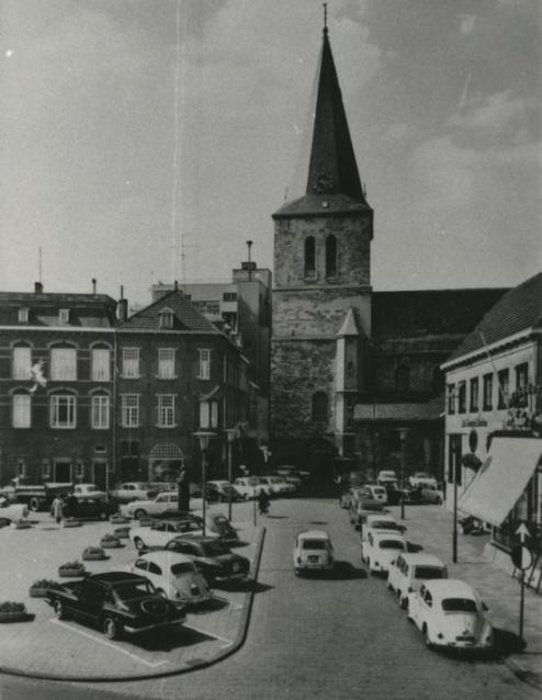 Bron: Rijckheyt.nl | Emmaplein, toen nog goed bereikbaar voor auto's. Op de achtergrond de St.Pancratiuskerk