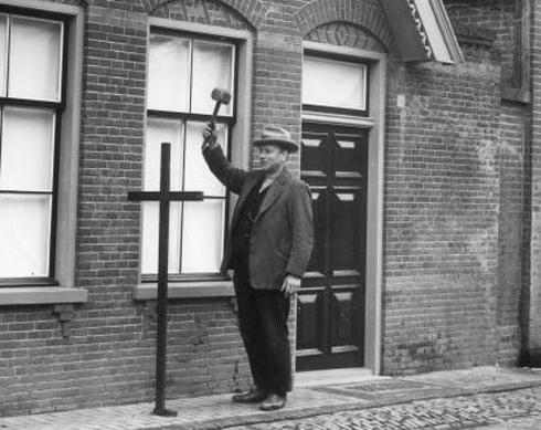 Bron: Nederlandskatholicisme.ruhosting.nl | Voorbeeld in Lutjebroek waarbij bij overlijden een zwartkruis voor het huis geplaatst werd.