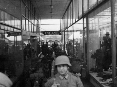 Bron: Rijckheyt.nl | De hal van het Glaspaleis werd door de Duitse bezetters gebruikt als parkeerruimte voor motoren (mei1940)
