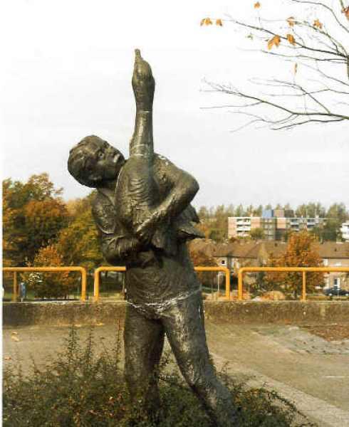 Bron: Leonie Robroek | Ganzehoeder: Dit bronzen beeldje geeft een voorstelling van een legendarische figuur. In 1983 werd het onthuld op het Corneliusplein te Heerlerheide. De Ganzenweide was eertijds een buurt onder Heerlen.