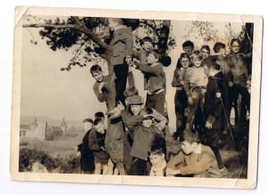 Bron: S. Comis   Spelende kinderen met op de achtergrond het kasteel Boereslot