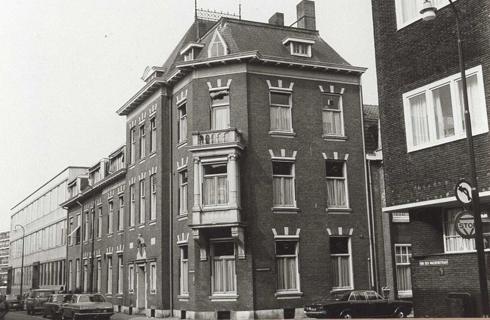 Bron: Rijckheyt.nl | Honigmanstraat/hoek Schinkelstraat (31-8-1977). In het hoekpand is de afdeling Voorlichting van DSM gevestigd.