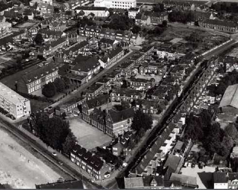 Bron: KLM | Op deze luchtopname staat vooraan de inmiddels gesloopte Arnoldusschool aan de Meezenbroekerweg. Daarachter de meisjesschool en daarnaast de kleuterschool. Het huis van José van de Vin staat op de hoek van de straat links.