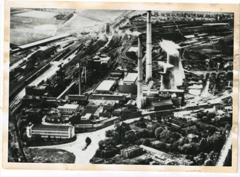 Bron: Rijckheyt.nl | Luchtfoto van Heerlen. Op de voorgrond rechts steenfabriek van de firma Beckers-Koten, in het midden Oranje-Nassaumijn I. Links het spoorwegemplacement.
