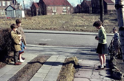 Bron: Ton Hotterbeekx | Uitzicht over de speelweide tussen de van Lennepstraat en de Hofdijkstraat. Links achteraan staat in het houten gebouwtje was de friture.