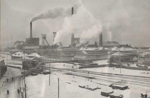 Bron: Rijckheyt.nl | Winterfoto van de Oranje-Nassaumijn I. Op de voorgrond het spoorwegemplacement en de voetgangersbrug. (1918)
