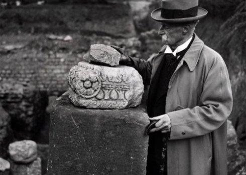 Bron: Rijckheyt.nl | De leiding van de opgravingen berust bij Dr. H.J. Beckers die enkele fragmenten toont van een blootgelegd Romeins badhuis. Oktober 1940.