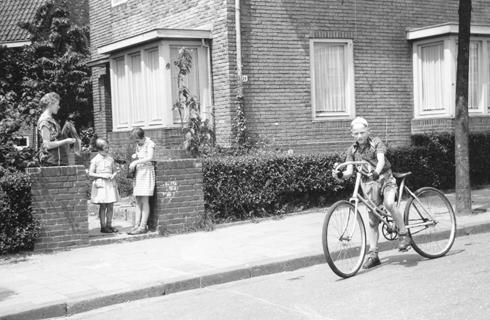 Bron: Privé collectie | Op deze zelf in elkaar gezette fiets deed ik mee met de wielerrondjes