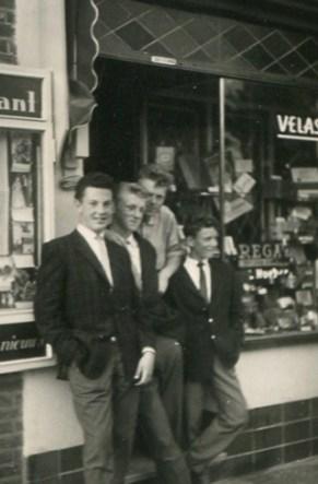 Bron: Privé collectie | De sigarenzaak van Hueber met links de vitrine waar de uitslag werd opgehangen. Op de foto Arie Kirkels, Gerard en Antoon Hueber en Léon van Loo