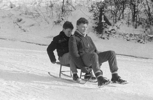 Bron: Privé collectie | Paul en Léon van Loo op de slee op de Hofdijkstraat, januari 1959