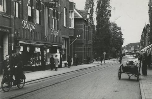 Bron: Rijckheyt.nl | Links warenhuis Kapé. Daarnaast het kantongerecht. Op de achtergrond het station.