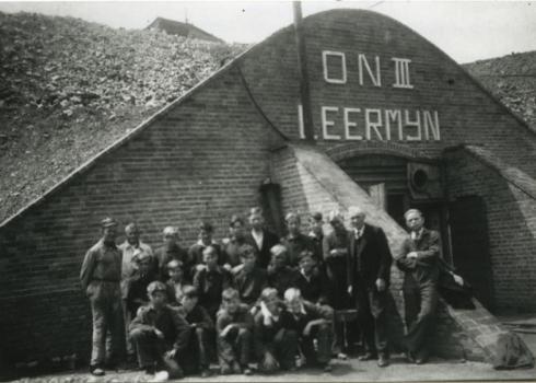 Bron: Rijckheyt.nl | Leerlingen van de Ondergrondse Vakschool (OVS) bij de ingang van de leermijn van de Oranje-Nassaumijn III.