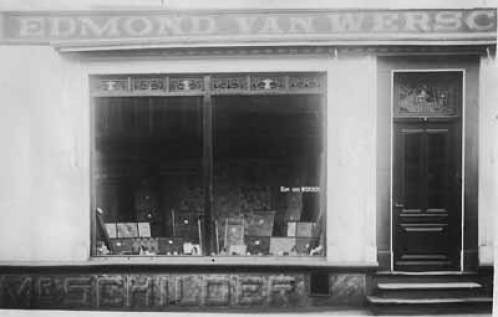 Bron: vanwersch.info | Aan de Emmastraat 8 en 10 stonden de zaken van Edmond van Wersch. Op de foto het schildersbedrijf.