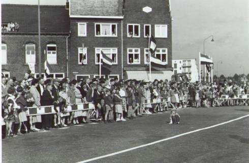 Bron: Rijckheyt.nl |  Willemstraat. Publiek bij de officiële opening van de voetgangerstunnel onder de spoorlijn Heerlen-Kerkrade.