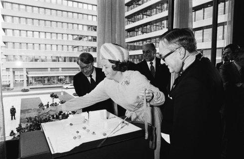 Bron: Gahetna.nl | Prinses Beatrix opent in Heerlen nieuwe vleugel van het hoofdkantoor van het Algemeen Burgerlijk Pensioenfonds
