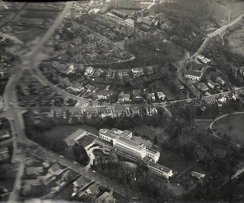 Bron: Wiek Ernst | Foto met daarop het Retraitehuis, de OLV-kerk en de Kerkraderweg zijn te herkennen (1962)