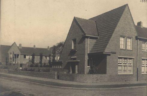 Bron: Rijckheyt.nl | Vignonstraat / hoek Dobbelsteijnstraat (1938). Links de achtergevels van de woningen aan de Meezenbroekerweg.