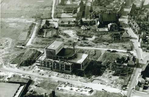 Bron: Rijckheyt.nl | Luchtopname van de Schouwburg aan het Burgemeester van Grunsvenplein, 1961