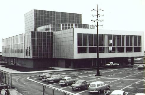 Bron: Rijckheyt.nl | Burgemeester van Grunsvenplein. Stadsschouwburg, ontworpen door architect F.Peutz, met een gedeelte van het parkeerterrein.