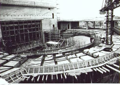 Bron: Rijckheyt.nl | Bouw van de nieuwe stadsschouwburg, ontworpen door architect F.Peutz.