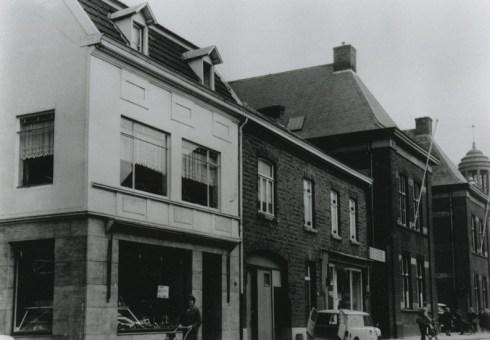 Bron: Rijckheyt.nl | Akerstraat. Van links naar rechts: slagerij Brouwers, drukkerij Eijdems, ingang van de Joodse begraafplaats, politiebureau en Vredeskapel bij de Openbare Begraafplaats.