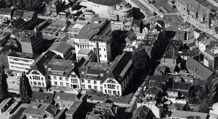 Bron: Rijckheyt.nl | Luchtopname van het station, hoofdbureau staatsmijnen en de Royal, 1962