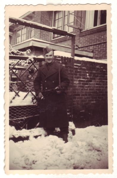 Bron: Rijckheyt.nl | Heemskerkstraat (1944). Portret G. van der Veen. Stoottroeper op kort verlof in de Heemskerkstraat (Meezenbroek)